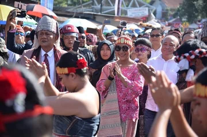 Susi Pudjiastuti Pakai Busana Adat Batak di Karnaval Pesona Danau Toba