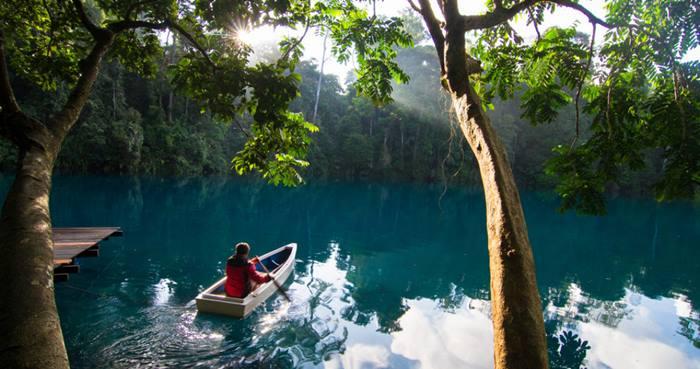Menikmati Indahnya Pantulan Matahari di Danau Labuan Cermin