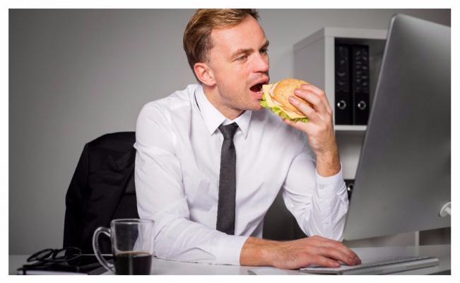 5 Alasan Perut Terasa Cepat Lapar Ketika Sedang Bekerja