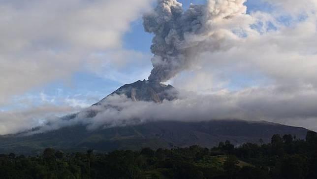 Gunung Sinabung Erupsi, Abu Vulkanik Guyur Empat Kecamatan di Karo