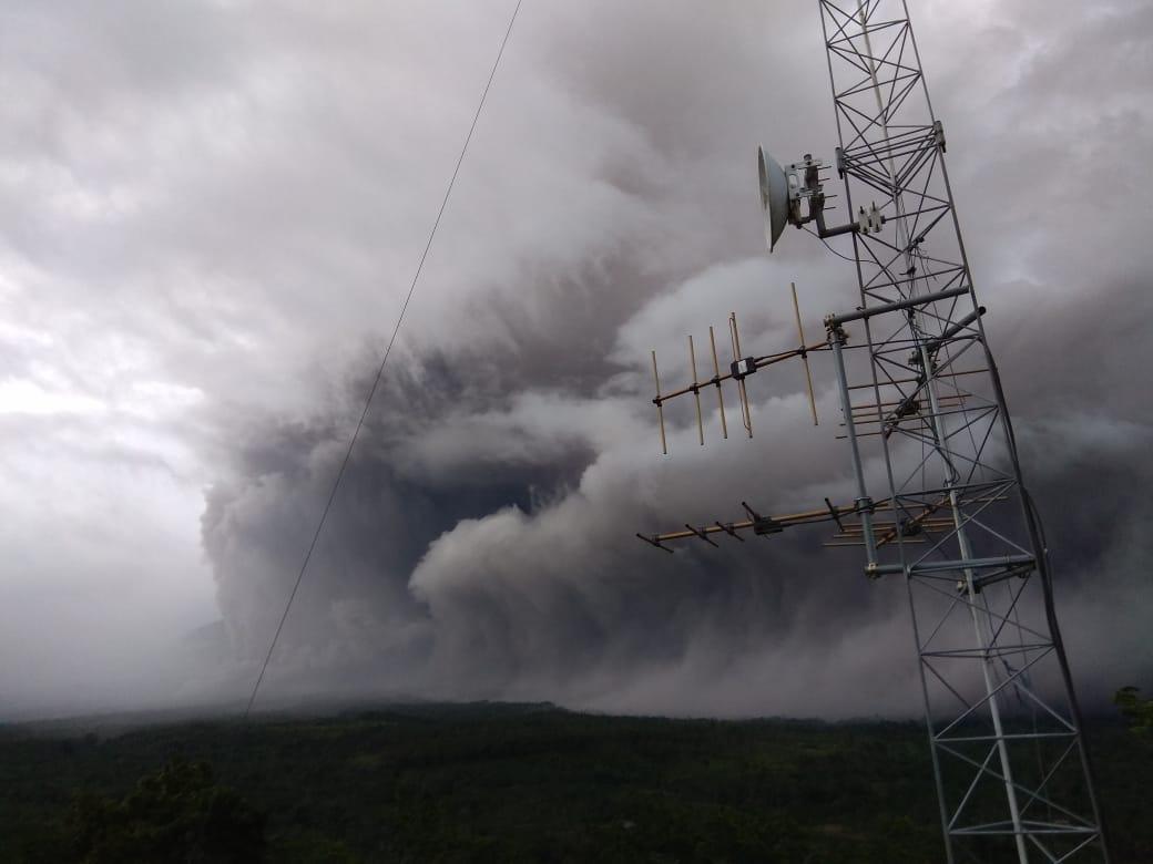 Gunung Semeru Muntahkan Awan Panas dan Lava Pijar: Status Masih Waspada