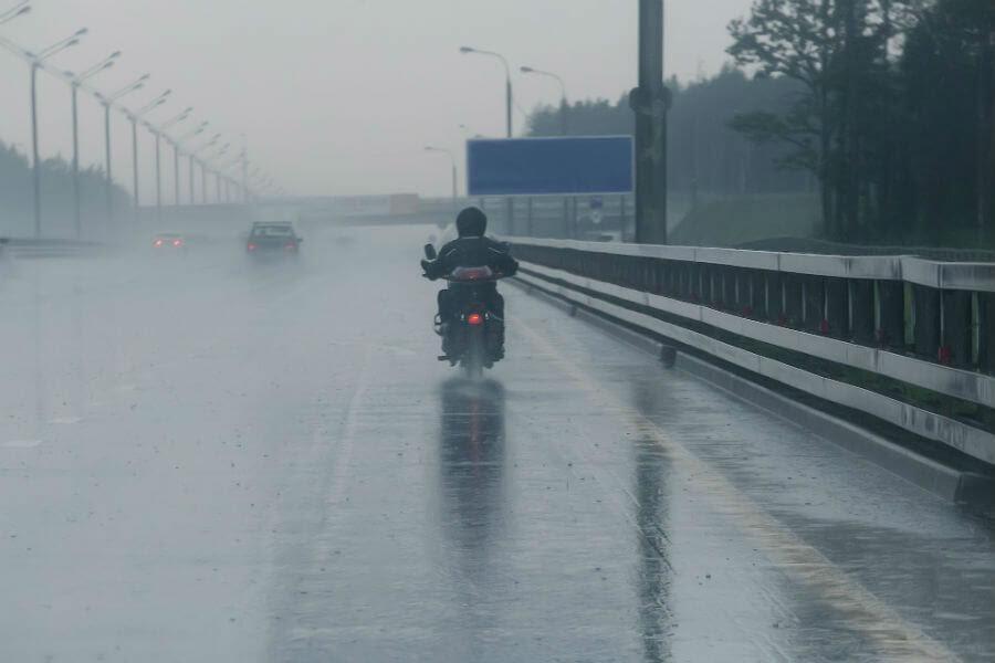 Tips Aman Berkendara di Musim Hujan