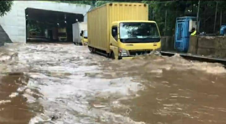 Lalu Lintas Sejumlah Jalan di Jakarta Tergenang Akibat Banjir