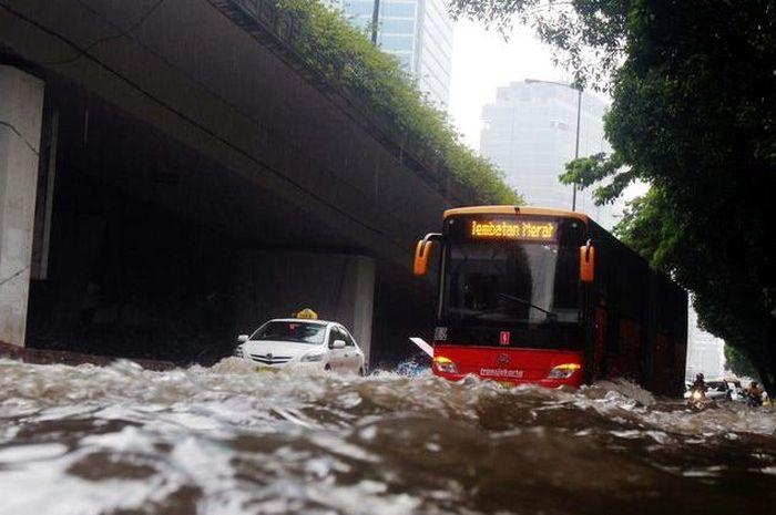 Transjakarta Hentikan Sementara Operasional Koridor Imbas Banjir di Sejumlah Wilayah