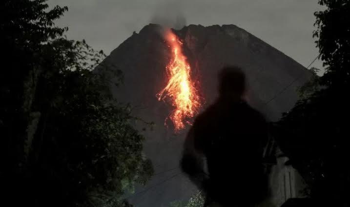 Gunung Merapi Luncurkan Guguran Awan Panas Sejauh 1,9 Kilometer