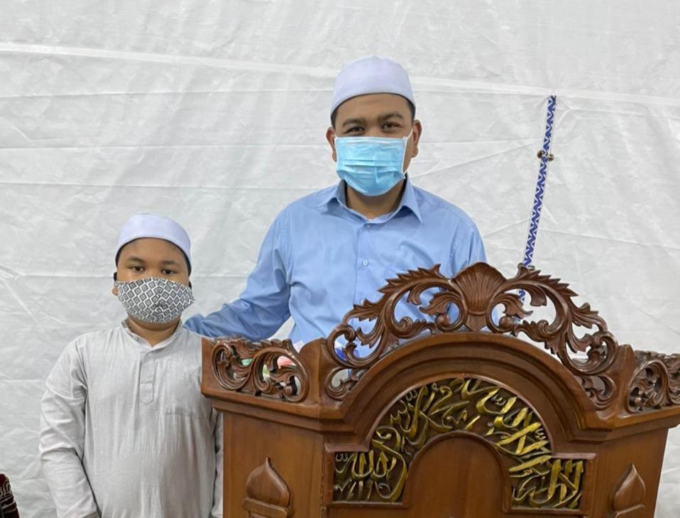 Dari Tenda Masjid At Tabayyun: Kisah Anak-Bapak jadi Imam dan Bilal Salat Taraweh
