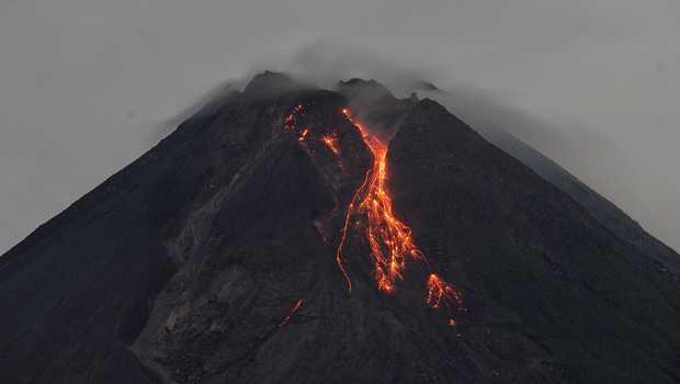 Gunung Merapi Luncurkan Guguran Lava Pijar 10 Kali Sejauh 1,5 Km